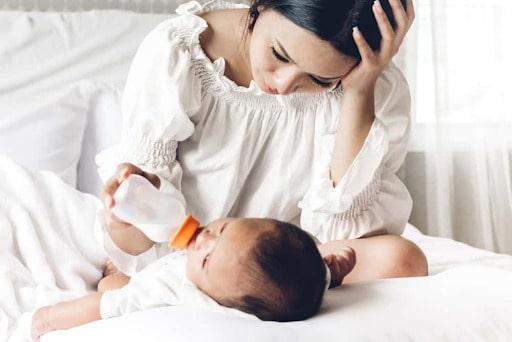 Mẹ gặp khó khăn trong việc cho bé bú thì nên cai sữa sớm